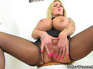 English milf Shannon Blue finger fucks her fanny