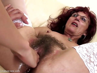 Deep fisting be incumbent on off colour mature mom's flimsy pussy