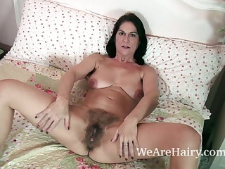 Get under one's downcast and mature MILF Kaysy strips yon bed